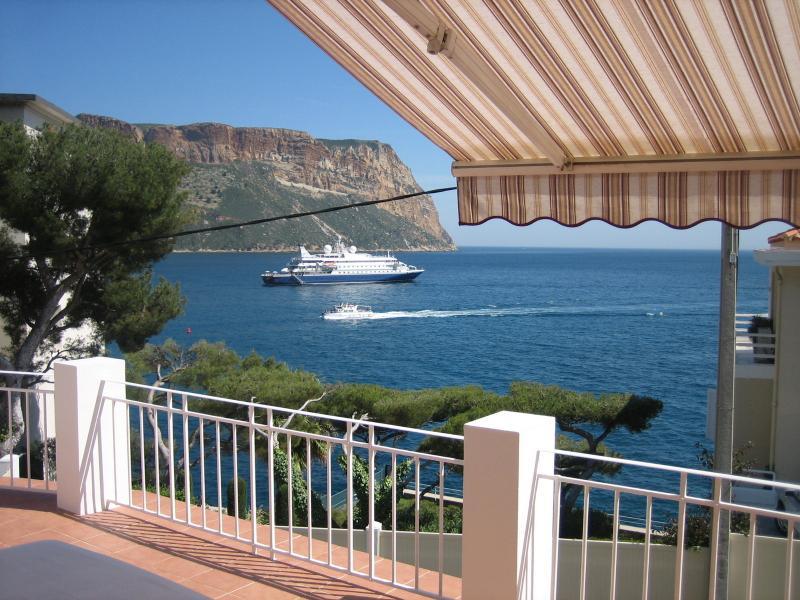 Vue de la terrasse face a la mer et Cap Canaille