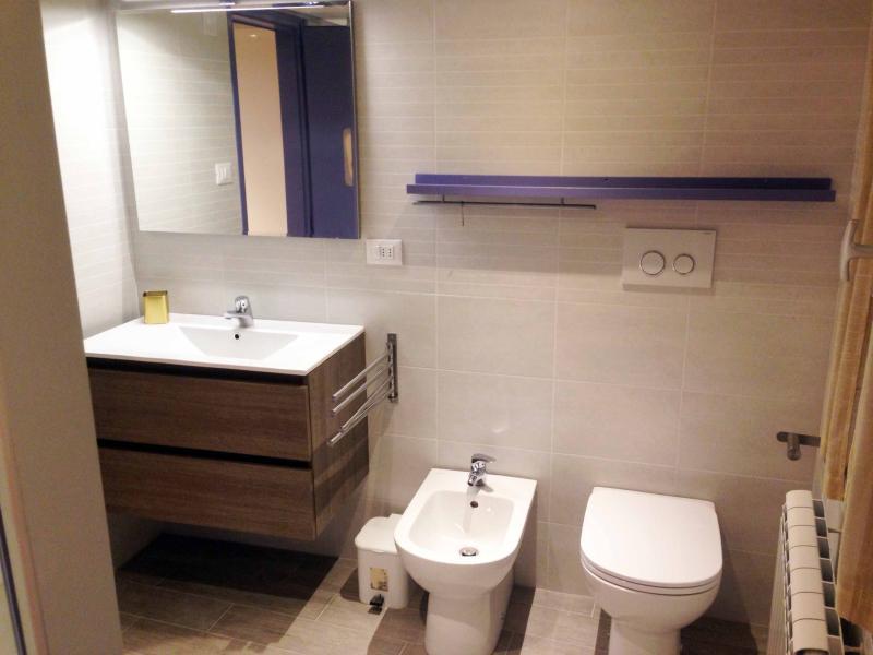Gran cuarto de baño, equipado con todas las comodidades, con ducha grande