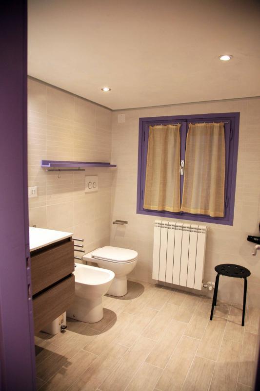 hermoso y cómodo cuarto de baño