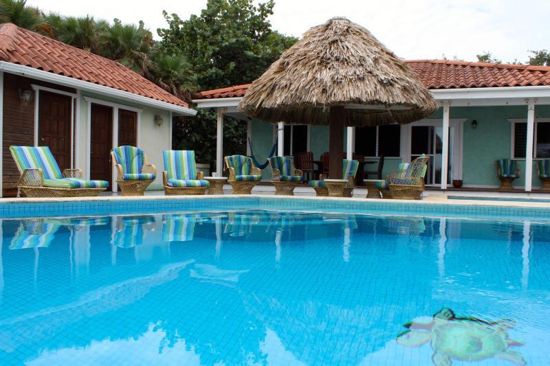 A casa rodeia a piscina