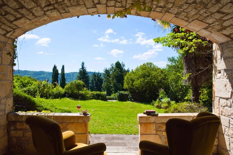 Ver a partir de Chateau Raysse sala para o jardim.