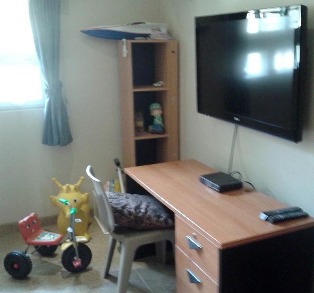 Niños habitación tiene TV y escritorio