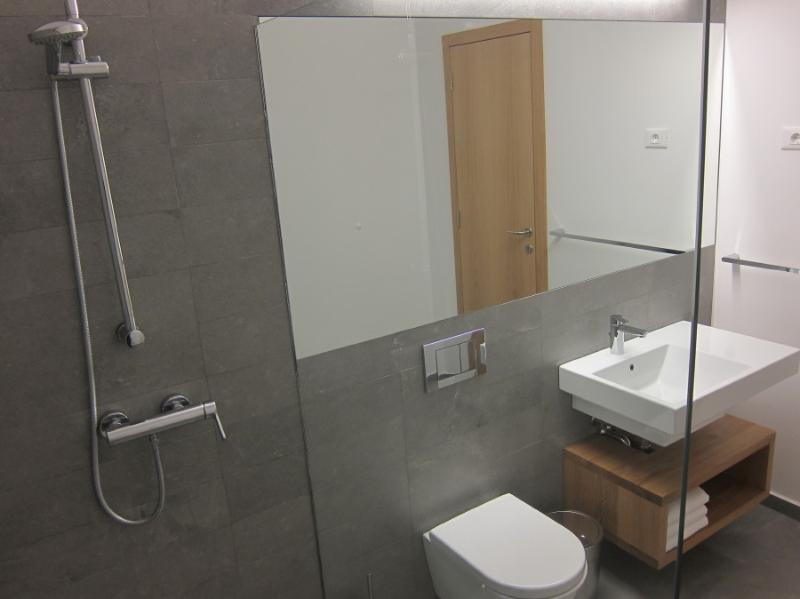 hisa Zatolmin : Bathroom two