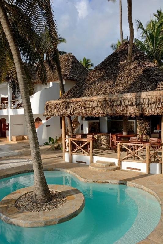 Il bar e la piscina