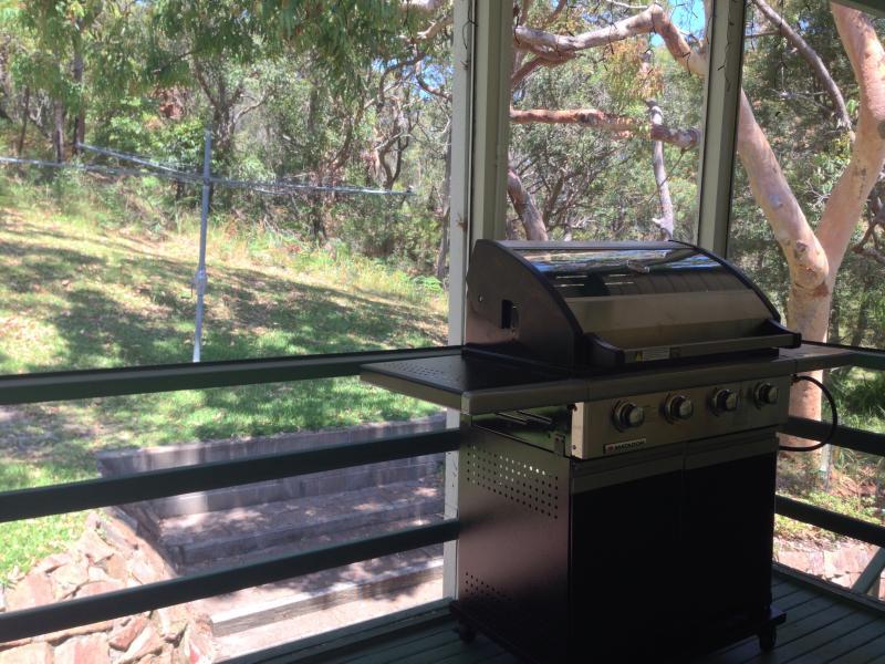 BBQ- en onderhoudend ruimte met uitzicht op de bush.