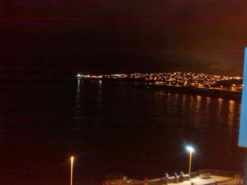 vista nocturna desde el salón. Un paseito por la avenida marítima es un placer.