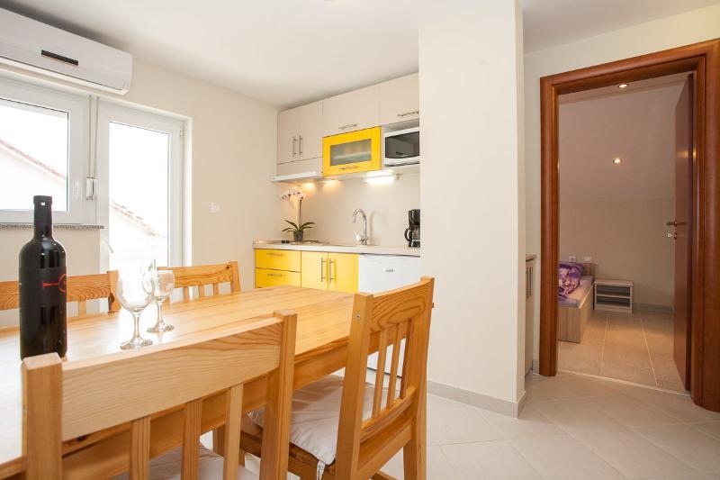 Two bedroom apartment for 3 persons, location de vacances à Jadranovo