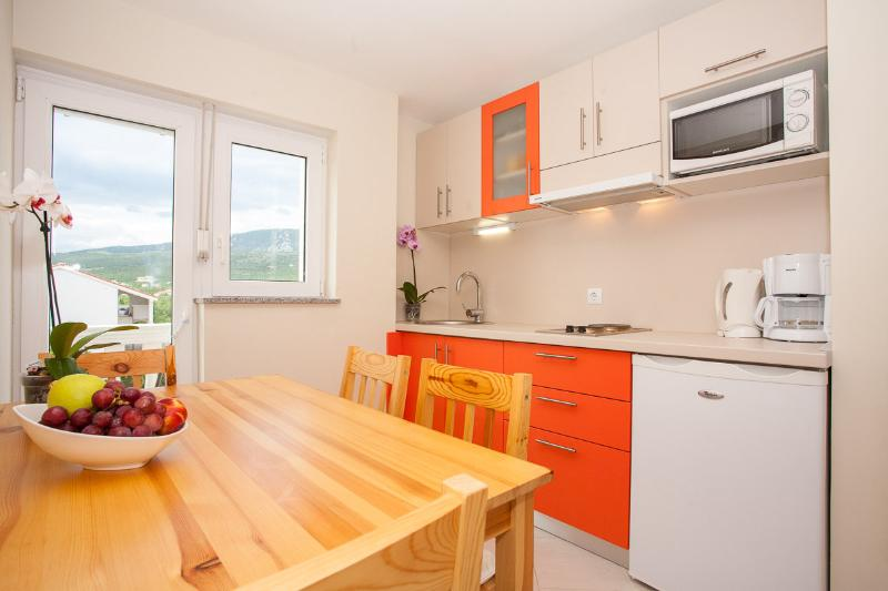 Two bedroom apartment for 4+2 persons, location de vacances à Jadranovo