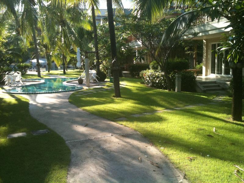 Exuberantes jardins bem cuidados levam você à praia