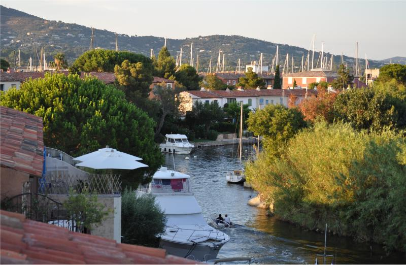 Waterfront Apartment with shared pool near beaches, alquiler vacacional en Port Cogolin