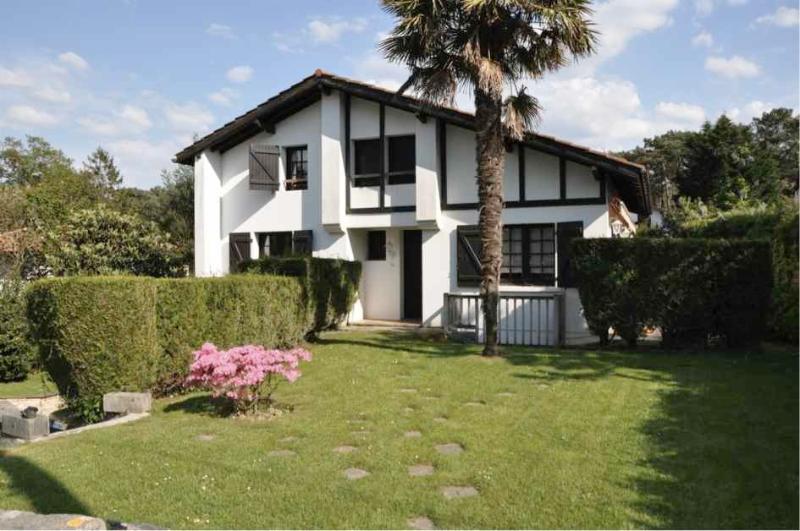 Joli Maison Basque avec piscine au cœur de Chibert, holiday rental in Villefranque