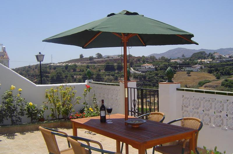 3 bed house.Sleeps 6. Great views and walkable to centre. Pool - Free wifi - A/C, holiday rental in Nerja
