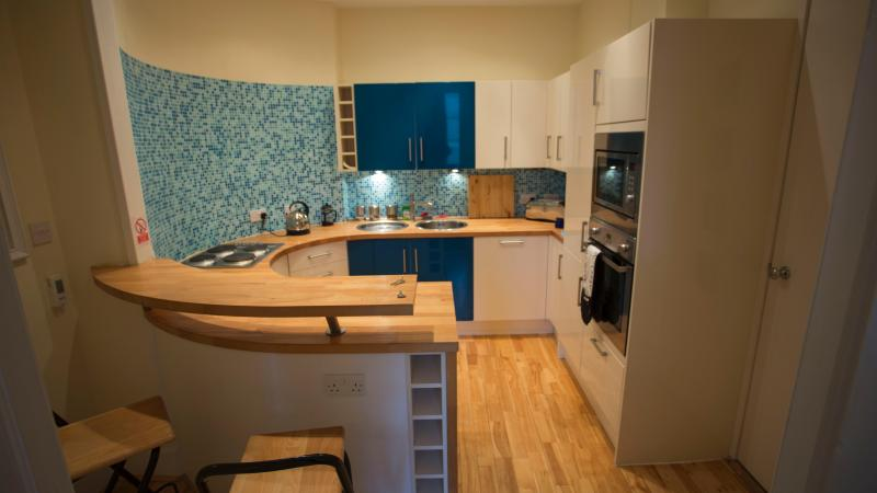 Breakfast Bar/Kitchen high level oven and hob microwave