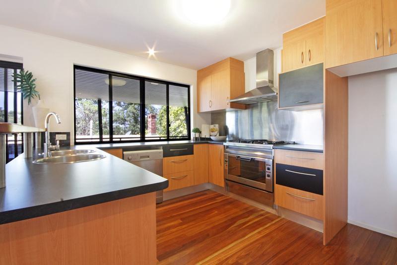 cozinha e área de estar com menos cobertura pátio com vista para o mar.