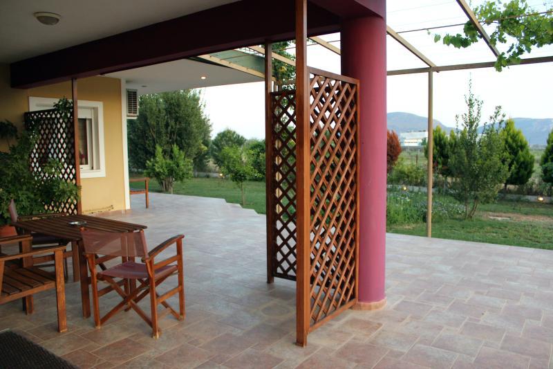 Ground floor Studio for 2 'Iraio' near Nafplion, aluguéis de temporada em Mycenae