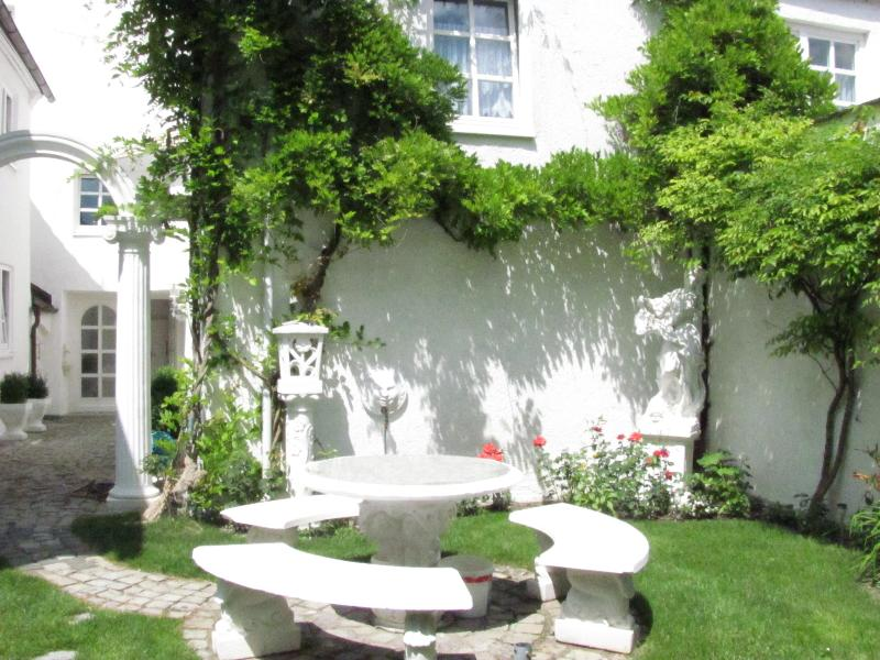 Sitzecke im römischen Garten