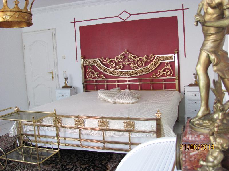Königliches Schlafzimmer Nr. 2 mit echt hartvergoldeten Betten 200 cm x 200 cm
