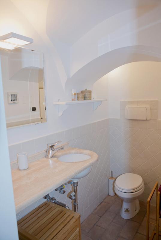 la salle de bain au rez-de-chaussée