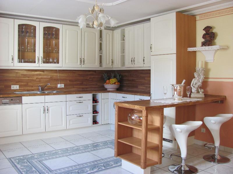 Die Küche mit Bar im Toskana Stil