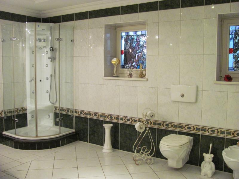 Ein Duschtempel mit Bidet und WC ist auch vorhanden