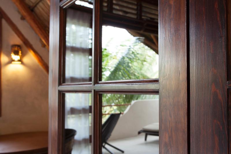 Casa Bonita, Holz Details und Akzenten. Tür zum Schlafzimmer.