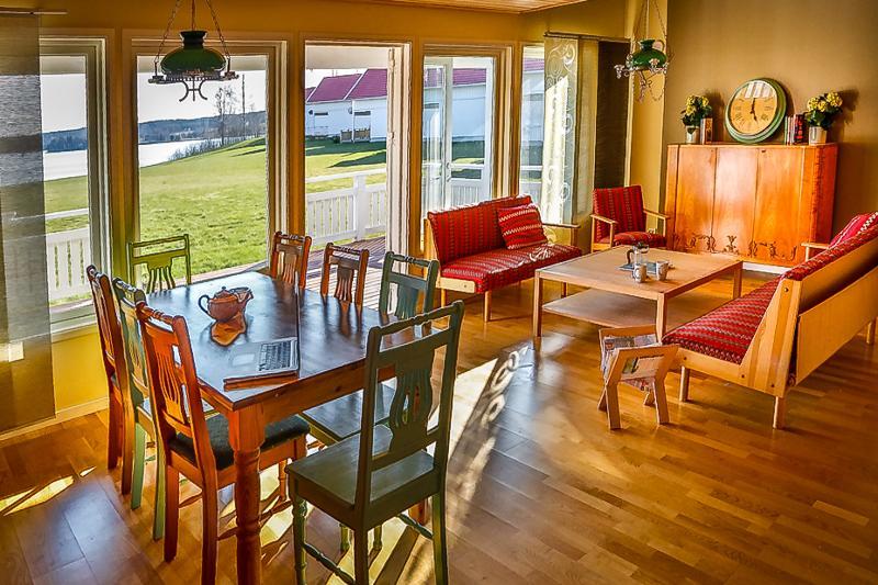 Modern house, big windows, great lake view, location de vacances à Edsleskog