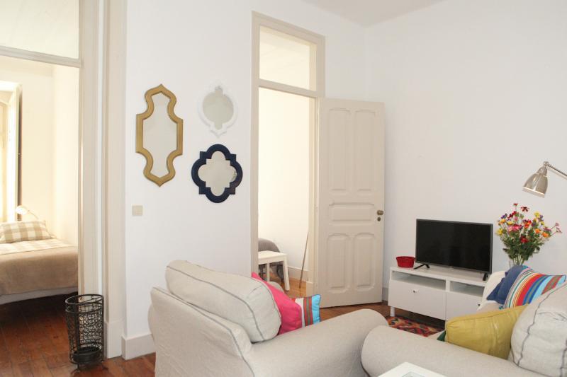 Salle de séjour avec accès à deux chambres