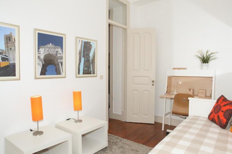 Joli détails de la chambre à coucher avec des photos des bâtiments emblématiques de Lisbonne