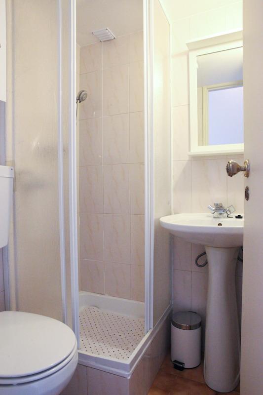 Salle de bain avec douche entièrement rénové