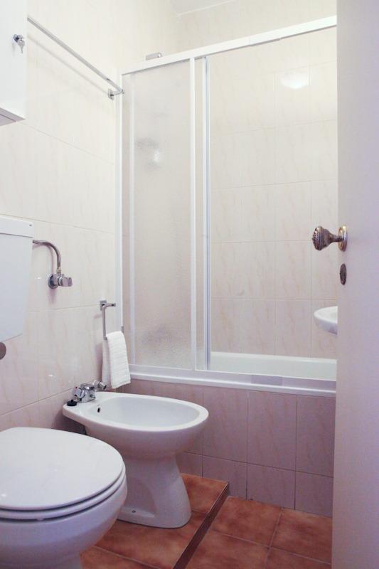 Salle de bains rénovée avec douche et baignoire