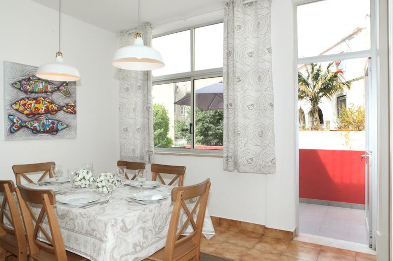 Salle à manger rénové avec élégance et bon goût avec accès à la terrasse