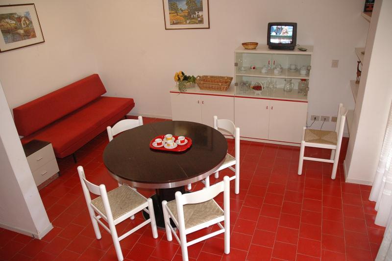 Sala de estar-comedor con sofá cama
