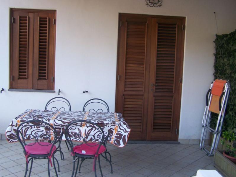terrazza in comune divisa da separè decorati