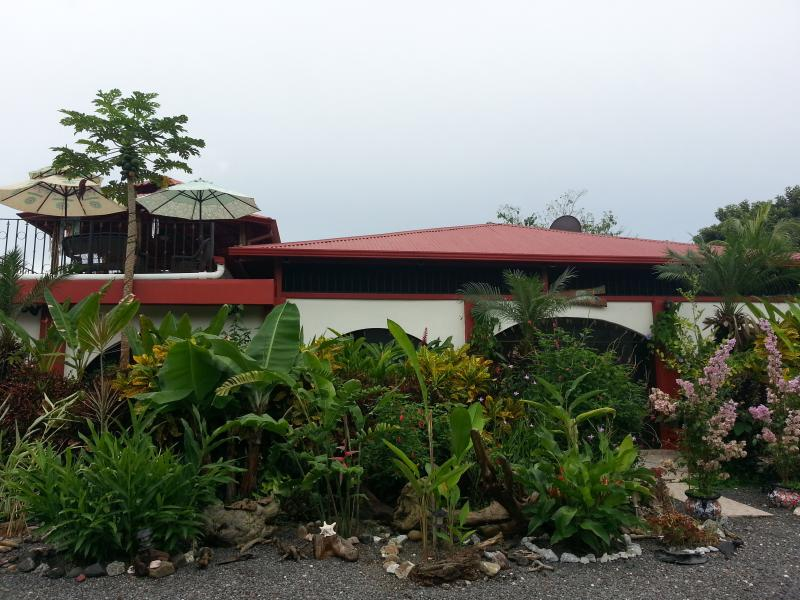 LUXURY RAINFOREST AND BEACHSIDE STUDIO, Ferienwohnung in Herradura