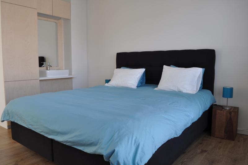 Sala 1, 1 cama de casal ou 2 solteiros queridos, com lavatório