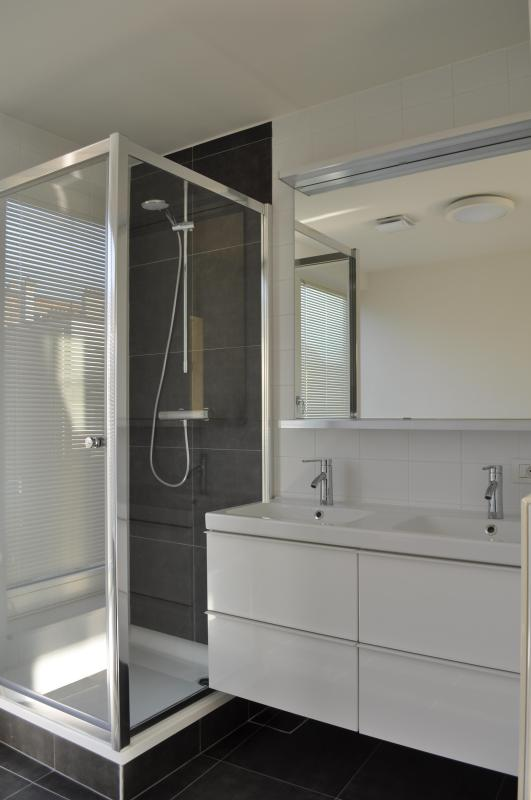 Mesmo banheiro: chuveiro e 2 lavatórios