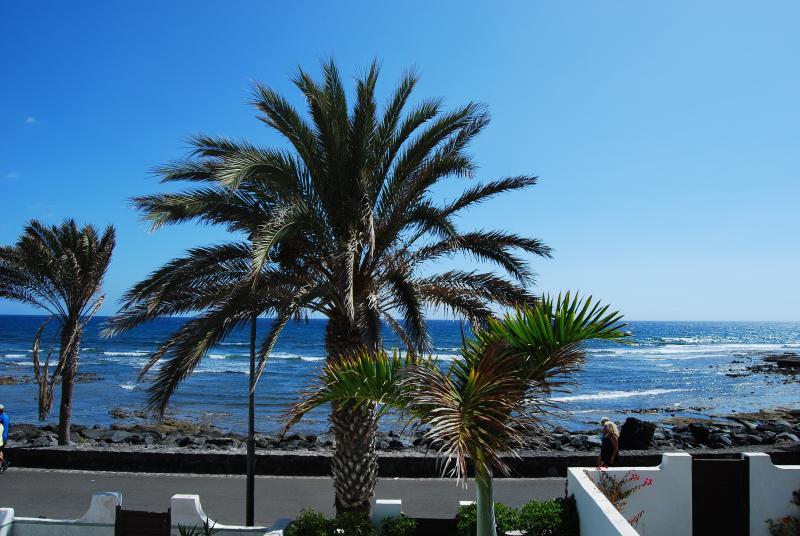 Ocean front 3-bedroom villa with amazing ocean views in Parque Santiago 3, aluguéis de temporada em Playa de las Américas