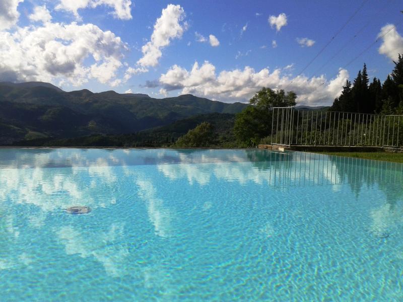 piscina de beiral infinito