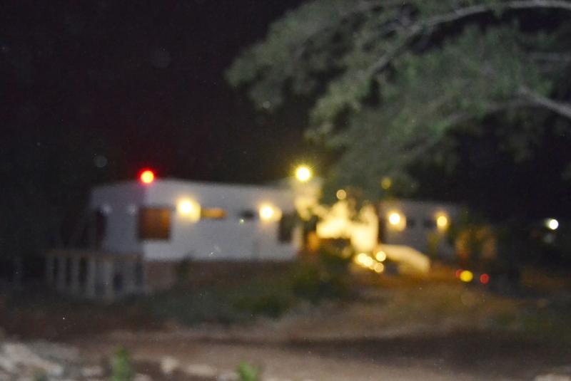 Entrada a Villa Koralina en la noche