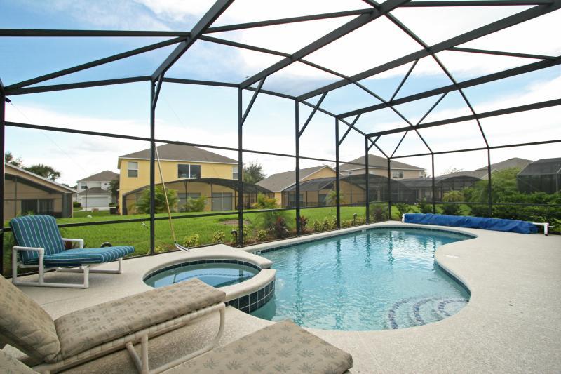 Piscina em frente ao sul = todo sol de dia, na área da piscina