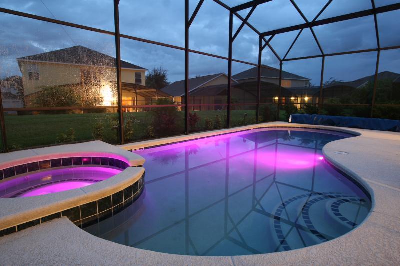 As luzes coloridas piscina = as crianças vão adorar!