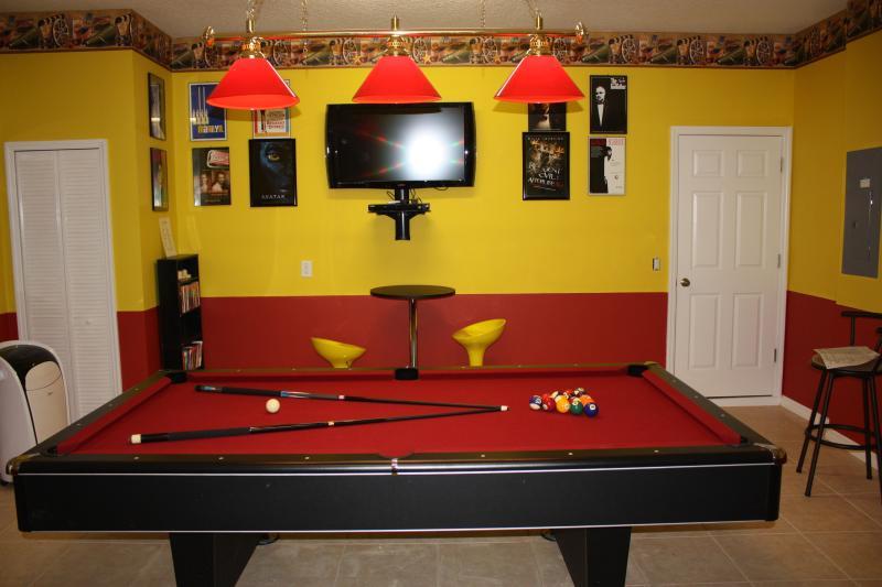 TV tela plana, mesa de bilhar e mais