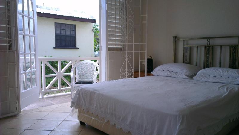 Camera 2 vista verso il balcone laterale