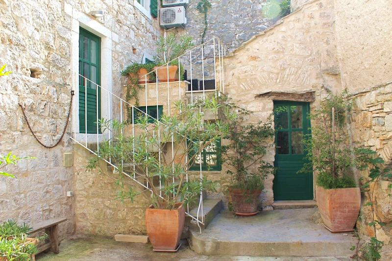 ANCIENT STONE HOUSE IN OLD VILLAGE!, vacation rental in Sutivan