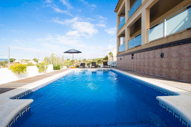 Catalunya Casas: Mesmerizing villa in Costa Dorada, 6km to the beach!, vacation rental in L'Arboc