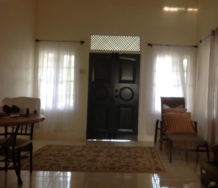 Vista da sala de estar / sentado são de cozinha