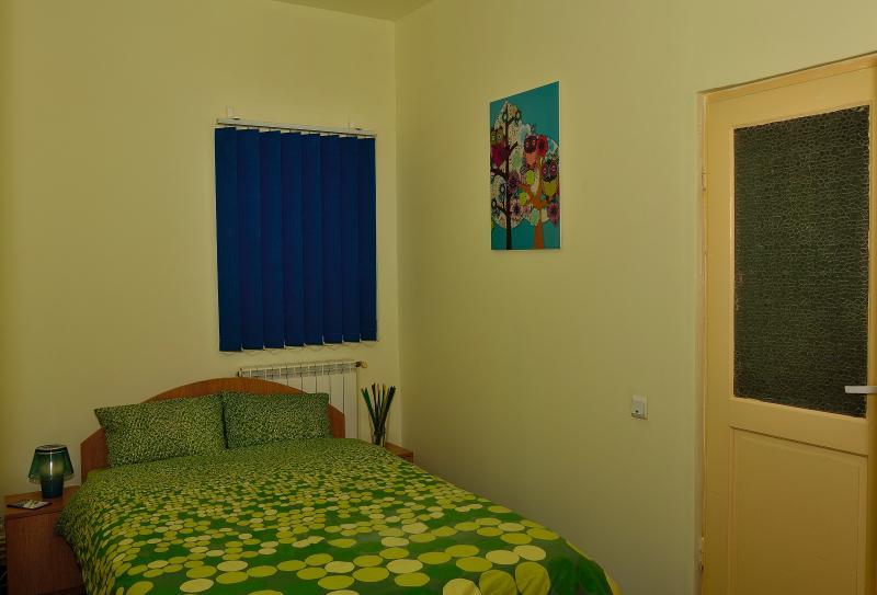 Kamer 2 met een tweepersoonsbed, een eigen badkamer, televisie en WiFi