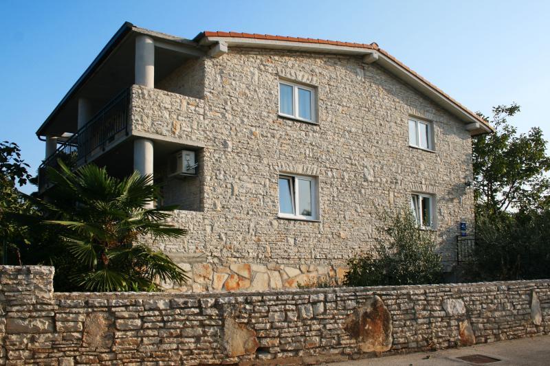 Villa Andi - Stone house near the beach, location de vacances à Peroj