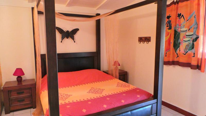Airconditioned room with a four-poster beds 160 - rental color PASSION of the Villa Chantevent