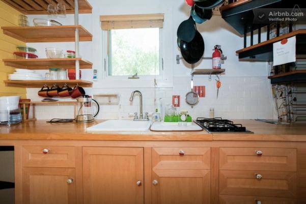 Cocina con parrilla de gas de dos quemadores y todos los suministros de cocina. Sistema de filtración de agua para beber w